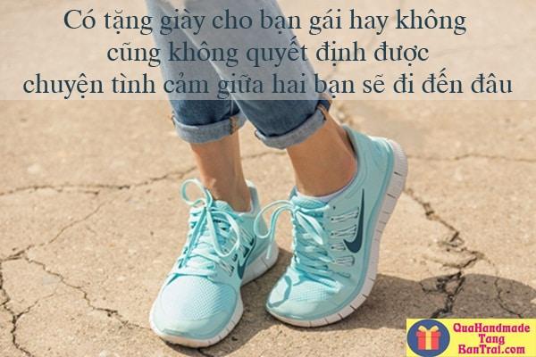 Có nên tặng giày cho bạn gái