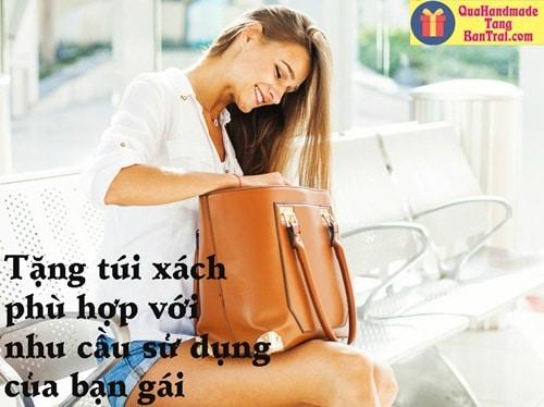 Tặng túi xách cho bạn gái